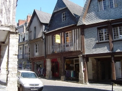 Maison - English: Houses at n°7, 9 and 11, rue de la Poterie, Vitré, Brittany, France. With the most concentration of house's porches in Brittany.