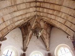 Eglise Notre-Dame - Intérieur de l'église Notre-Dame de Bieuzy (56). Voûtes du chœur et lampe de sanctuaire.