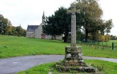 Chapelle Sainte-Anne - Chapelle Sainte-Anne (Buléon): vue de la croix à proximité de la chapelle
