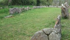 Tumulus dit du Manio, quadrilatère et menhir de Manio -