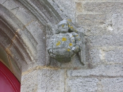 Eglise Saint-Alban - Français:   Église Saint-Alban d\'Elven (Morbihan, France), porte du transept sud: détail de l\'angelot sculpté droit soutenant l\'archivolte