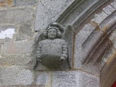 Eglise Saint-Alban - Français:   Église Saint-Alban d\'Elven (Morbihan, France), porte du transept sud: détail de l\'angelot sculpté gauche soutenant l\'archivolte