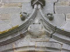 Eglise Saint-Alban - Français:   Église Saint-Alban d\'Elven (Morbihan, France), porte du transept sud: détail du sommet de l\'archivolte