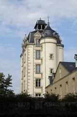 Château de Kéravéon - Français:   Château de Kéravéon: tour du XIXé depuis le sud