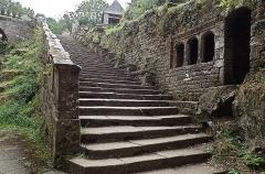 Chapelle Sainte-Barbe et maison du garde - Vue de l'escalier.