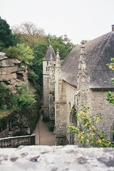 Chapelle Sainte-Barbe et maison du garde - English: The Chapel of St. Barbara on a hilltop overlooking the river Ellé in the French municipality of Le Faouët, Morbihan Departement.