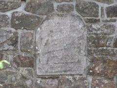 Maison - Français:   Pierre sur laquelle est gravé un philactère portant une inscription en lettres gothiques