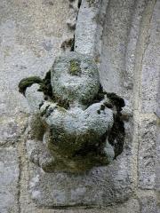 Eglise Notre-Dame-de-Quelven et abords - Façade sud de la basilique Notre-Dame de Quelven commune de Guern (56). Acrobate. Culot à la retombée d'une archivolte.