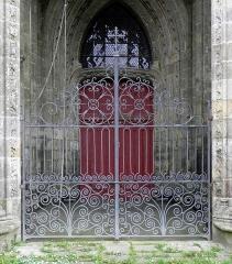 Eglise Notre-Dame-de-Quelven et abords - Tour-clocher de la basilique Notre-Dame de Quelven, commune de Guern (56). Grille du porche.