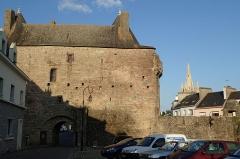 Porte-prison (anciennement porte de Broérech) - Français:   Anciennes Tour Broerc\'h devenue Porte de la Prison, à Hennebont en continuité des remparts. Passage dessous possible.