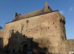 Porte-prison (anciennement porte de Broérech) - Français:   Anciennes Tour Broerc\'h devenue Porte de la Prison, à Hennebont en continuité des remparts