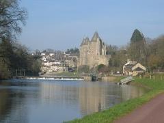 Château - Français:   Vue du Château avec le village de Josselin derrière, au matin.