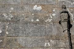 Eglise Saint-Théleau - Église Saint-Théleau (Landaul): porte sud, détail inscriptions dans la pierre