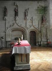 Eglise de la Trinité - Français:   Enfeu, porte de la sacristie et sacraire de la costale nord du chœur de l\'église de La Trinité-Langonnet (59).