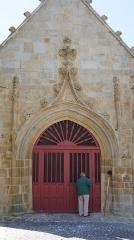 Croix datée de 1558 située à Kergouldec - English: North door of Notre Dame de Larmor-Plage church