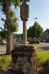 Croix du 17e siècle - Français:   La croix Joubin, faubourg Saint-Michel, à Malestroit.