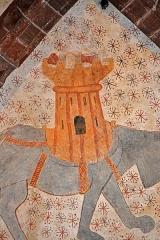 Eglise Saint-Gilles - Voûte romane de l'église Saint-Gilles à Malestroit (ici en aout 2016). Cette voute présentait 4 figures animale du bestiaire roman, L'une a disparu, et il reste un éléphant harnaché d'une  tour crénelée; un centaure à deux cornes (figure du diable?) tenant une épée et un bouclier; et un félin unicorne. Ces dessins sont peints sur un fond clair constellé de grandes étoiles et organisé de manière à s'inscrire dans un cercle dont la clé de voûte serait le centre. Composition: Les 3 figures sont dessinées en train de courir ou de marcher, ce qui peut donner au spectateur une impression de mouvement circulaire.