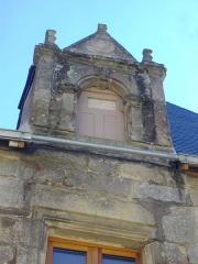 Maison du 16e siècle - Français:   Maison, 21 rue du Général-de-Gaulle, à Malestroit (Morbihan, France), lucarne gauche