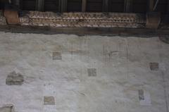 Chapelle Notre-Dame-de-Légevin - Chapelle Notre-Dame-de-Légevin, détails des grattages des enduis du mur intérieur