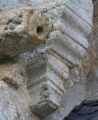 Chapelle Notre-Dame-de-Légevin - Chapelle Notre-Dame-de-Légevin, détail des sculptures à la base du clocher, face est