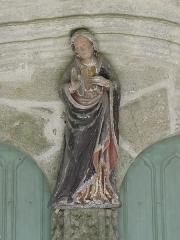 Chapelle de Sainte-Noyale et abords - Chapelle Sainte-Noyale sise en Noyal-Pontivy (56). Statue de Sainte-Noyale à l'intérieur du porche méridional.