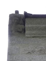 Chapelle de Sainte-Noyale et abords - Chapelle Sainte-Noyale sise en Noyal-Pontivy (56). Détail sculpté à la base du rampant nord du pignon du chevet.