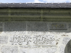 Chapelle de Sainte-Noyale et abords - Chapelle Sainte-Noyale sise en Noyal-Pontivy (56). Inscription sur la costale sud du chœur.