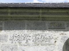 Chapelle de Sainte-Noyale et abords - Chapelle Sainte-Noyale sise en Noyal-Pontivy (56). Inscription sur la costale sud du chœur.