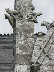 Eglise Sainte-Noyale - Porche sud de l'église Sainte-Noyale de Noyal-Pontivy (56). Sculptures du pinacle et du rampant ouest.