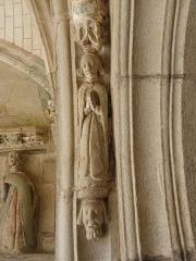 Eglise Sainte-Noyale - Porche sud de l'église Sainte-Noyale de Noyal-Pontivy (56). Intérieur. 1ère voussure gauche.