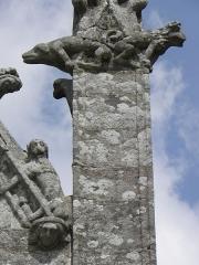 Eglise Sainte-Noyale - Porche sud de l'église Sainte-Noyale de Noyal-Pontivy (56). Sculptures du pinacle et du rampant est.