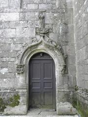 Eglise Sainte-Noyale - Église Sainte-Noyale de Noyal-Pontivy (56). Porte du croisillon septentrional dans sa costale ouest.
