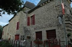Ancien hôtel Le Gouesbe - Français:   Hôtel Le Gouesbe, Place de l\'Union (Inscrit, 1928). Cet ancien «Hôtel le Goasbé», aujourd\'hui «Café des quatre soldats», aurait appartenu à la fin du VIIe siècle au châtelain du Crécy qui était sergent féodé de Ploërmel.