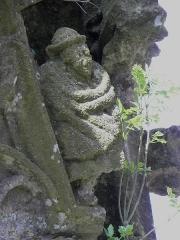 Chapelle de Saint-Nicodème - Fontaines de la chapelle Saint-nicodème en Pluméliau (56). Détail sculpté d'un pignon.
