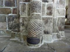 Eglise Saint-Beheau - Français:   Église Saint-Beheau de Priziac (56). Base de colonne sculptée.