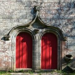 Chapelle Saint-Vincent à Saint-Doué - Français:   Chapelle Saint-Vincent et la croix à bannière - Questembert (Morbihan)