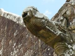 Chapelle Saint-Fiacre - Français:   Gargouille de la Chapelle Saint-Fiacre de Radenac représentant un lion couronné sortant de la gueule d\'un dragon