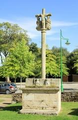 Cimetière - Français:   Croix de cimetière de Saint-Allouestre, Morbihan, France. Vue générale ouest.