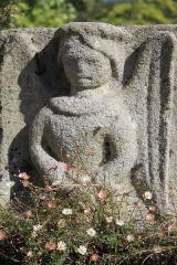 Cimetière - Français:   Croix de cimetière de Saint-Allouestre, Morbihan, France. Détail ange de l\'annonciation.