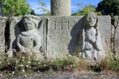 Cimetière - Français:   Croix de cimetière de Saint-Allouestre, Morbihan, France. Vue générale du gradin avec l\'ange de l\'annonciation à gauche, la date 1774 au centre, et la vierge à droite.