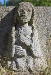 Cimetière - Français:   Croix de cimetière de Saint-Allouestre, Morbihan, France. Détail vierge