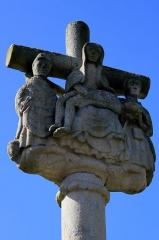 Cimetière - Français:   Croix de cimetière de Saint-Allouestre, Morbihan, France. Piéta sur la face ouest de la croix, avec à gauche probablement Saint Arnould.