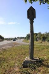 Croix du Point du Jour - Français:   Croix du Point du Jour à Saint-Allouestre, Morbihan, France. Face est, vue générale.