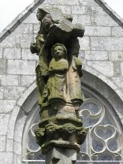 Fontaine Saint-Adrien avec son calvaire - Français:   Chapelle Saint-Adrien en Saint-Barthélémy (56). Fontaine-calvaire. Détail. Saint-Jean au pied du Christ en Croix. A l\'arrière, remplages de la baie méridionale du croisillon sud.