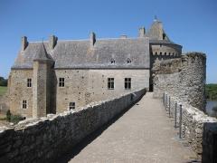 Ruines du château de Suscinio - Le château de Suscinio, construit à la fin du Moyen Âge (au XIIIe et dans la seconde moitié du XIVe siècle), résidence des ducs de Bretagne, est situé au bord de l'océan Atlantique dans la commune de Sarzeau (Morbihan). En 1798, le château — déjà très dégradé — est vendu à un marchand qui l'exploite comme carrière de pierres à bâtir. Acheté en 1852 par le vicomte Jules de Francheville, sa famille fait tout son possible pour sauver l'existant jusqu'au rachat en 1965 par le Conseil général du Morbihan qui entreprend sa restauration. Au début du XXIe siècle, le château de Suscinio a retrouvé sa forme de forteresse médiévale intacte, même si les travaux continuent. Il fait actuellement (2014) l'objet de fouilles archéologiques.  (https://fr.wikipedia.org/wiki/Ch%C3%A2teau_de_Suscinio)