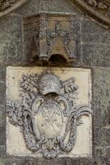 Eglise Saint-Golven et son calvaire - Français:   Cet écusson de marbre, inséré dans le tympan du portail, porte les armes du Vatican. Il occupe probablement l\'ancien emplacement d\'une statue dont le dais est toujours présent.