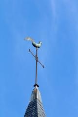 Eglise Saint-Golven et son calvaire - Français:   Le coq surmonte une croix de fer.