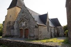 Eglise Saint-Golven et son calvaire - Français:   Le portail s\'ouvre dans le pignon ouest. Le clocher se dresse au nord.