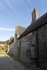 Eglise Saint-Golven et son calvaire - Français:   Noter l\'alternance des matériaux dans l\'appareillage du mur, ainsi que l\'amorce de trilobe dans l\'arcade de la petite fenêtre.