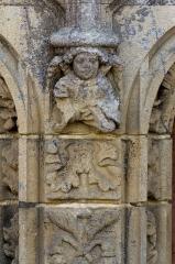 Eglise Saint-Golven et son calvaire - Français:   Les pierres qui forment le trumeau sont ornées d\'un motif végétal. Un ange en console supporte la naissance du piédestal du tympan.